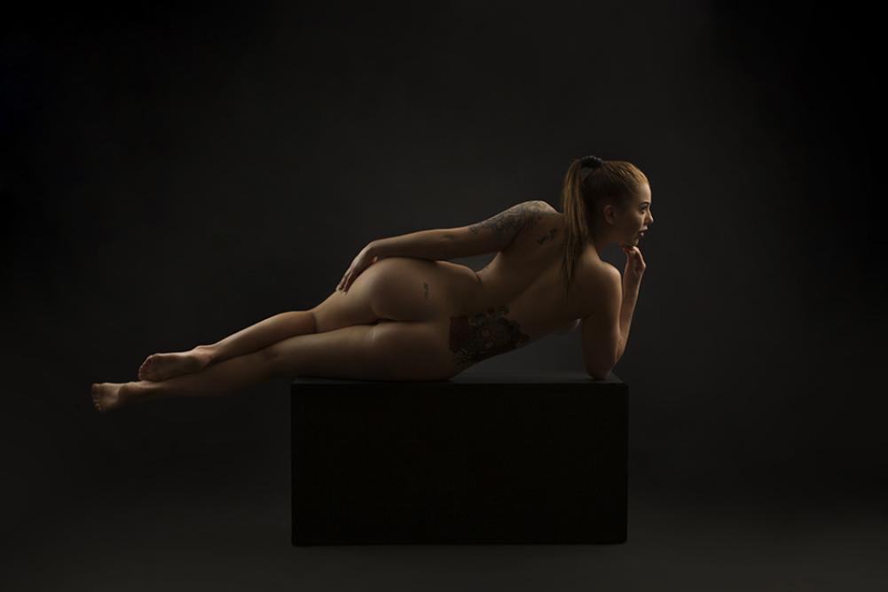 Aktfotografering skjer helt naken, men vi har noen få effekter vi anvender. Som denne ringen.