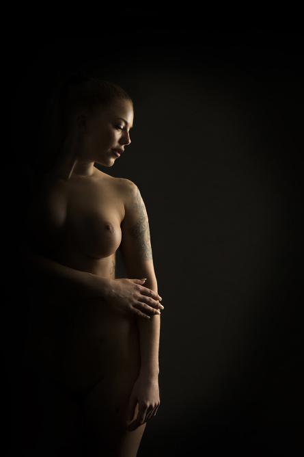 Vi kan skjule nakenhet som vi ikke ønsker skal bli for fremtrendende. Vi jobber derfor mye med lys og skygge.