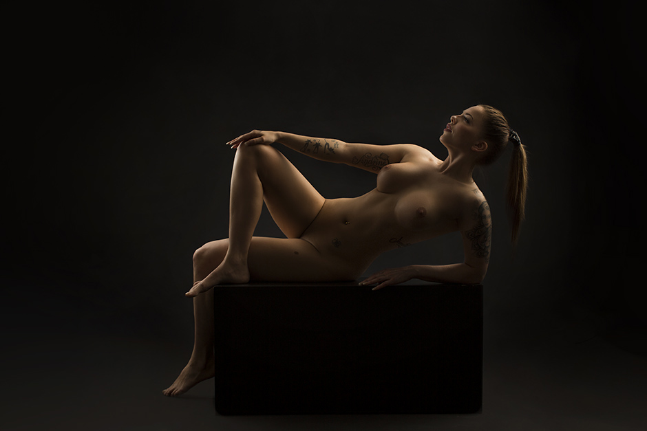 Vi får besøk fra Oslo og hele Østlandet for nakenfotografering i vårt fotostudio. Dette er det vi kaller aktfotografering.